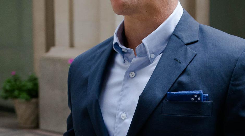 常常用美式纽扣衬衫搭配休闲西装外套和休闲裤